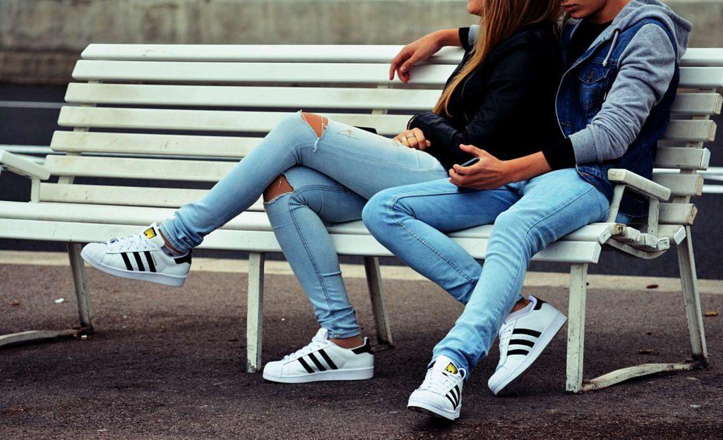 Assis sur les genoux